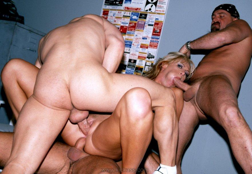 смотреть четверо мужчин порно одна и женщина