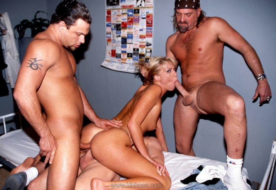 видео секса одна с тремя мужчинами что изменится