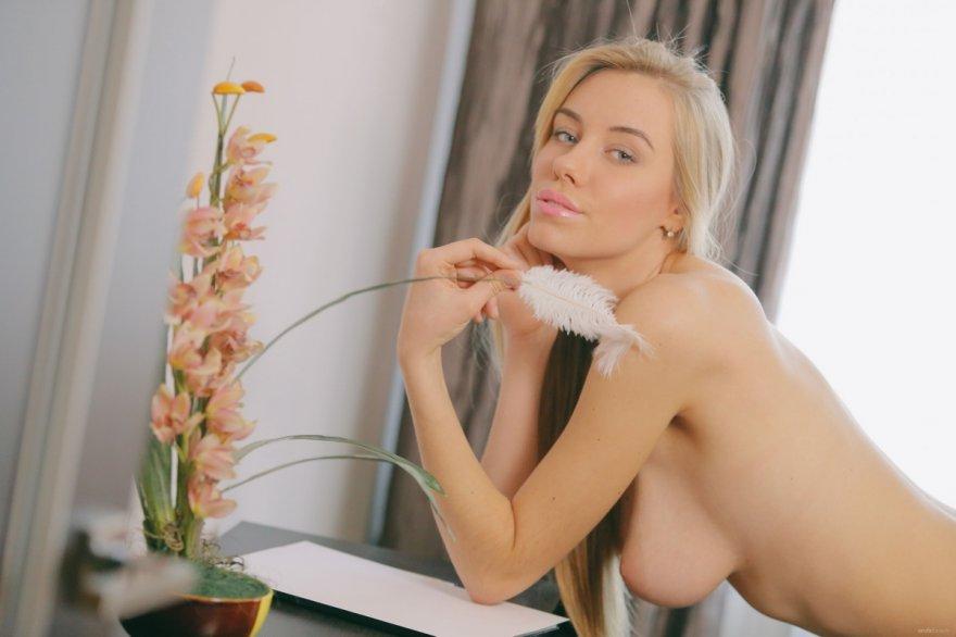 Горячее тело блондиночки с выдающимися волосами смотреть эротику