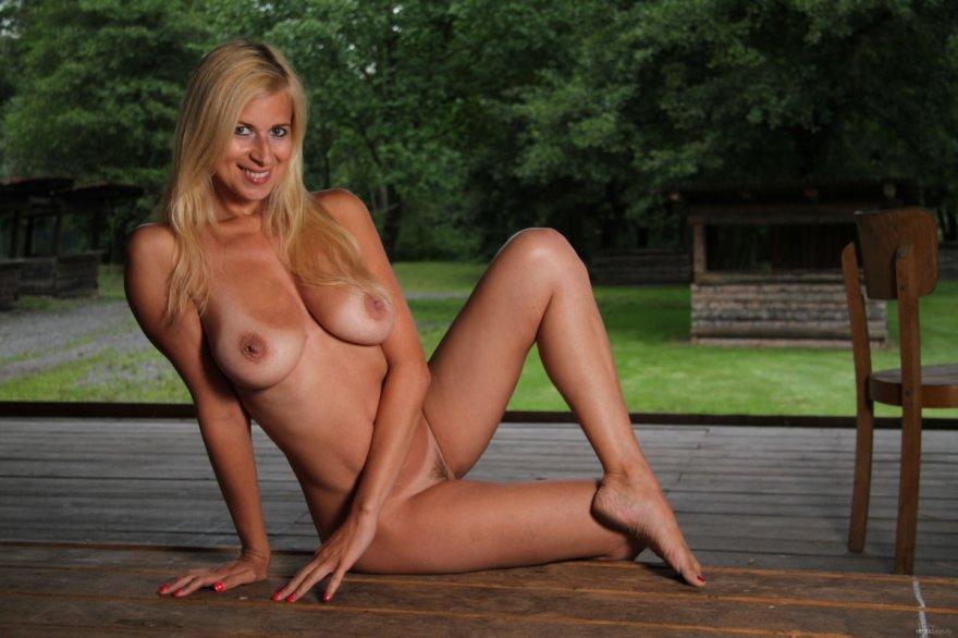 Зрелая блондинка показала голое тело со следами от купальника