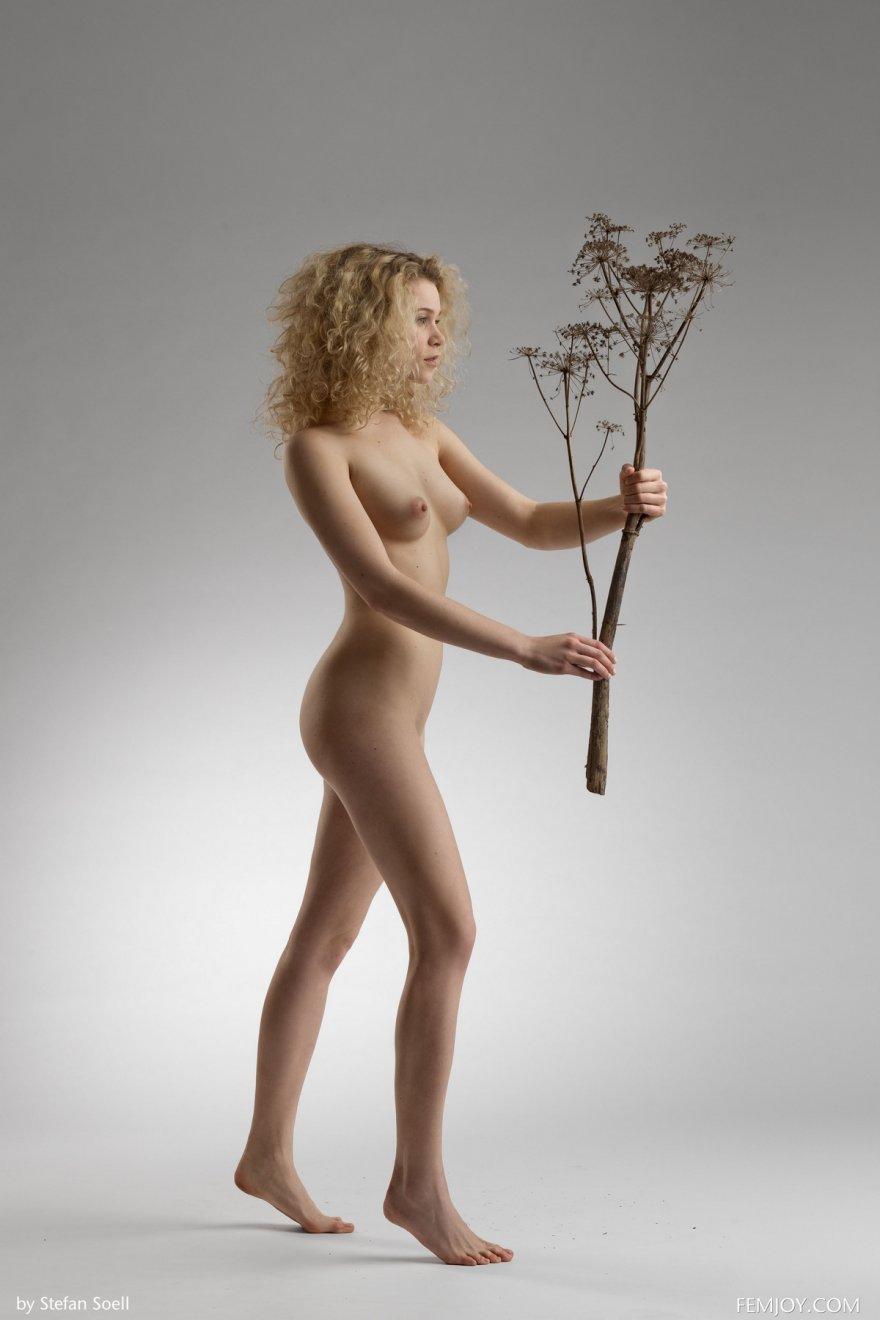 Голая супермодель Emma с оливковой веткой