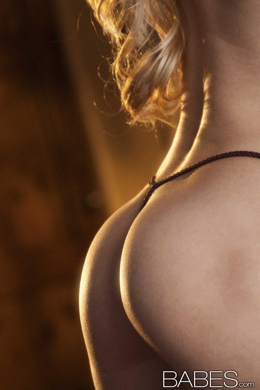 Игривая порнография изящной блондинки