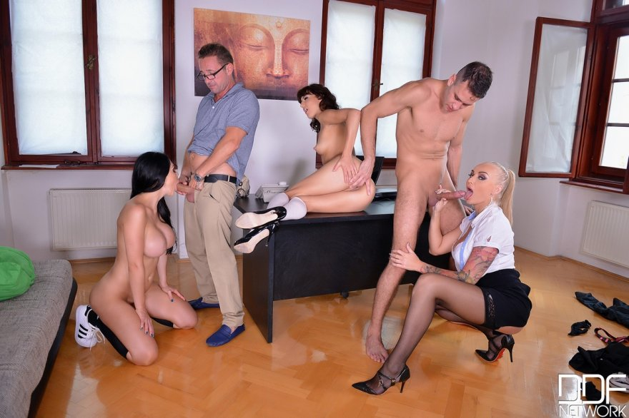 Девки развлекаются в офисе порно