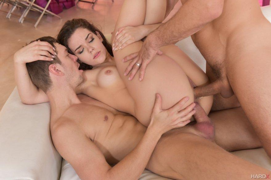 Женщина с классной попкой трахается с двумя парнями