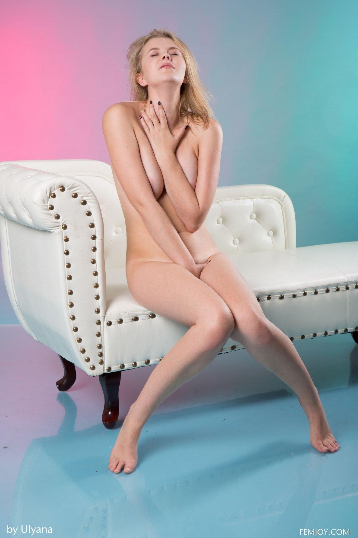 Красивая светлая порноактриса показала розовую пилотку