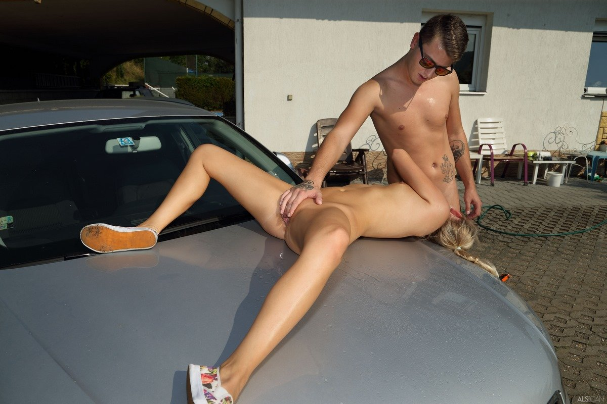 порно фото возле машын