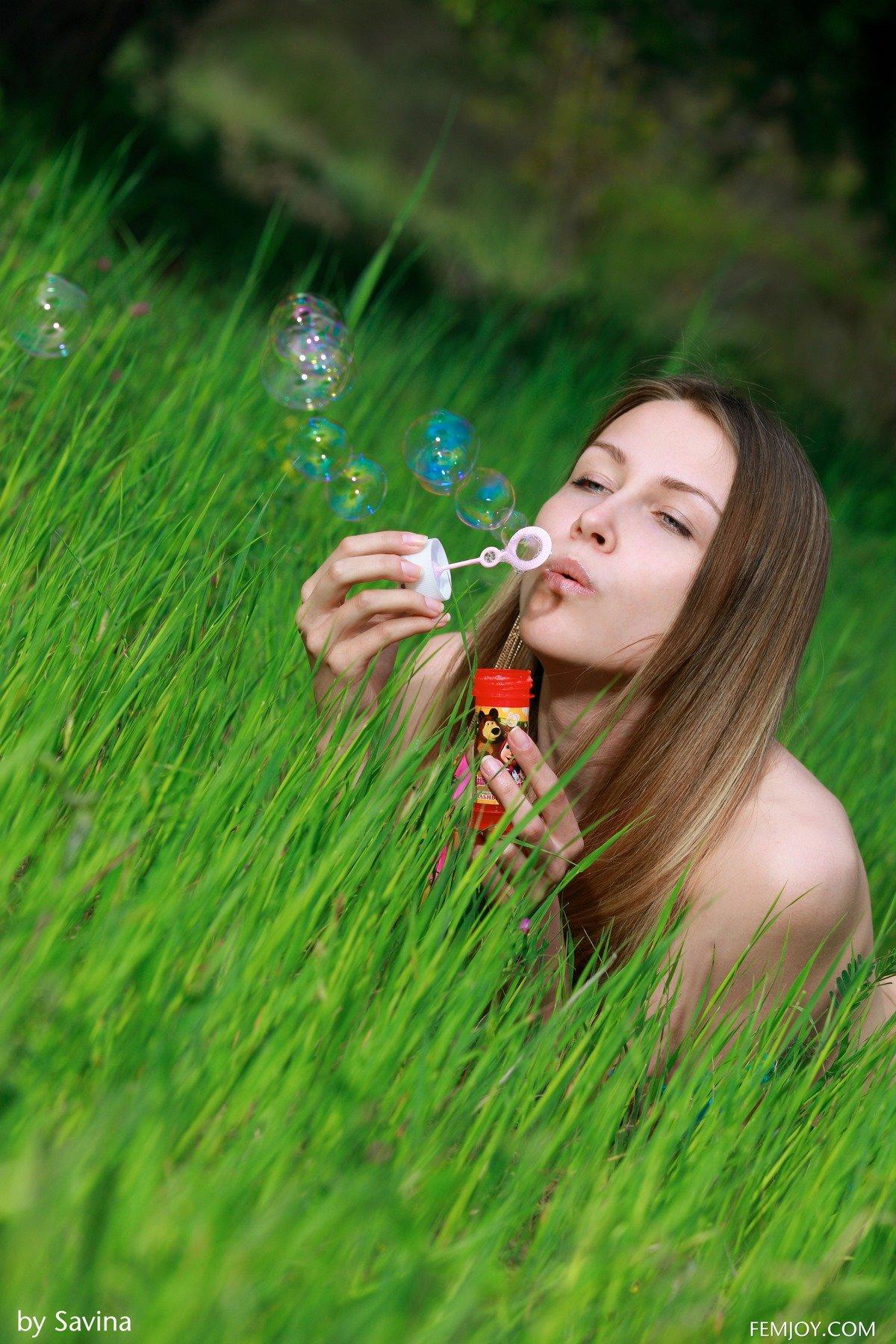 Обнаженная деваха надувает мыльные пузыри на полянке смотреть эротику