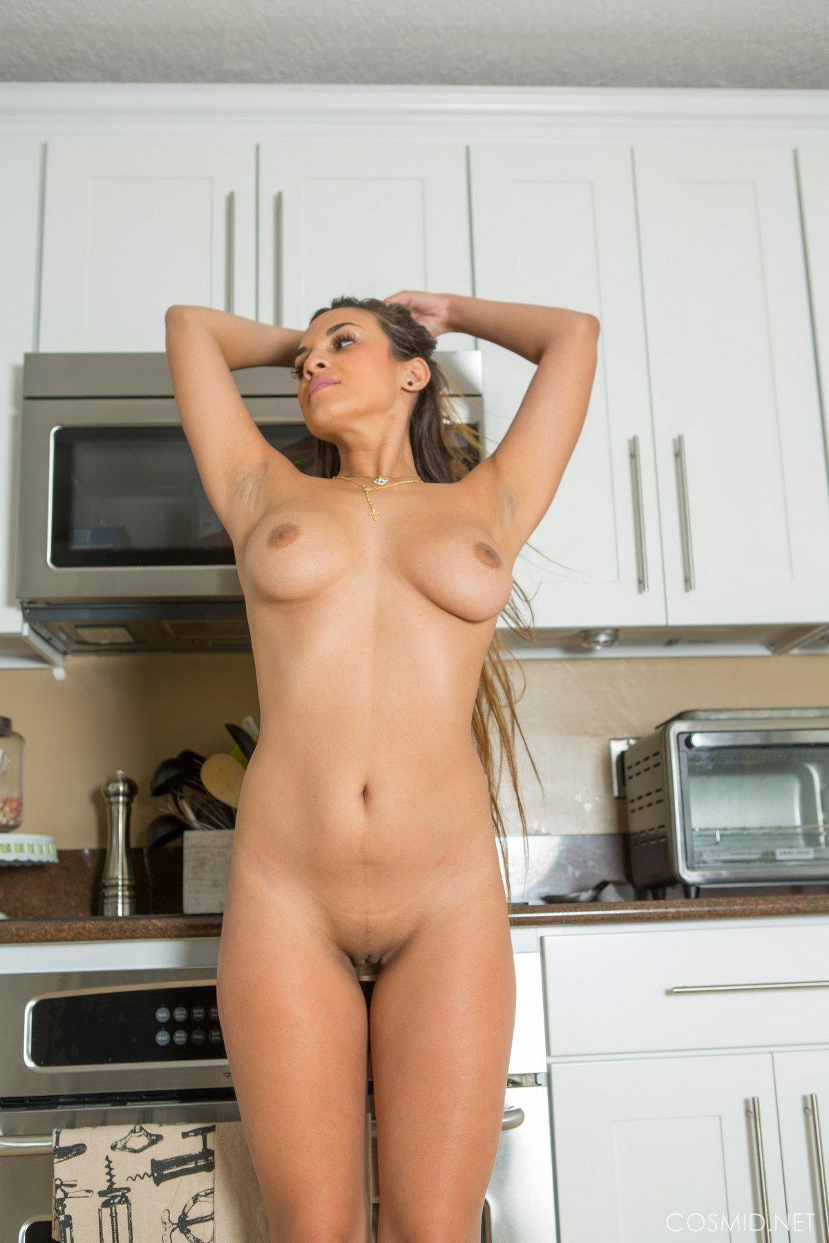 Обнаженная мамочка с привлекательной фигурой в домашних условиях