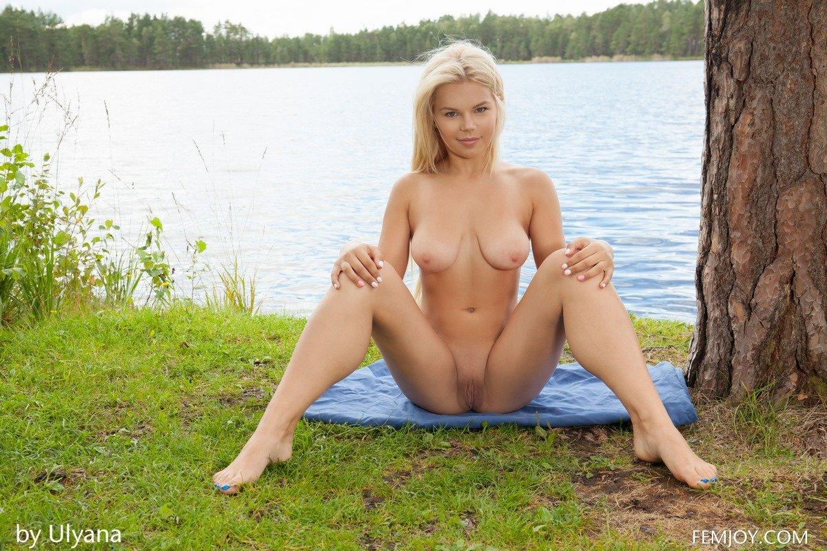 Красавица блондинка стаскивает короткие шортики в саду