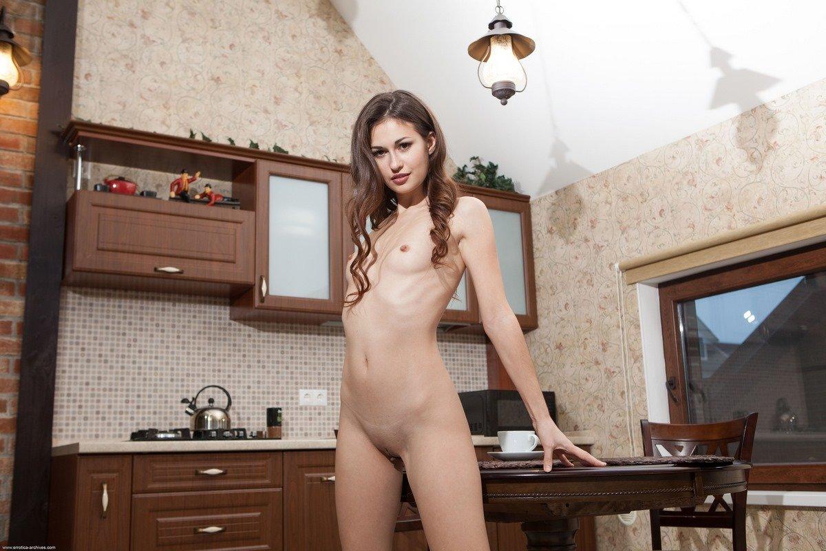 Привлекательная девка голая на кухне