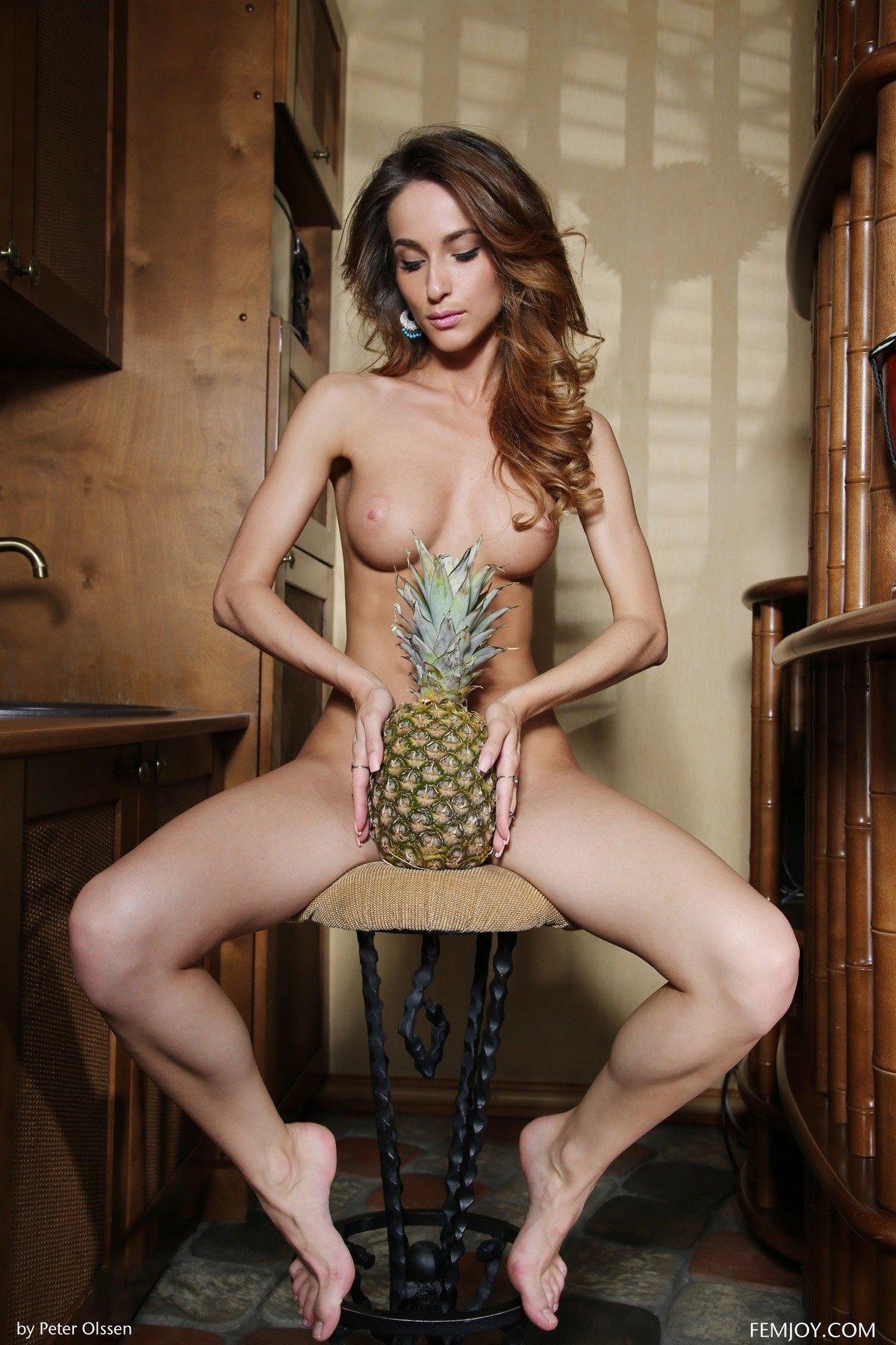 Обнаженная шатенка с ананасом