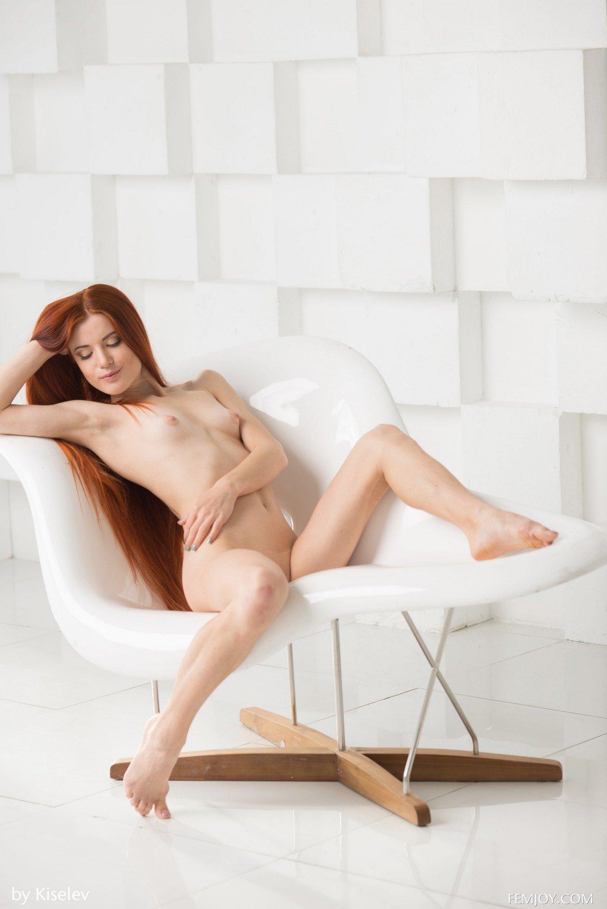 Деваха с прекрасными рыжими волосами