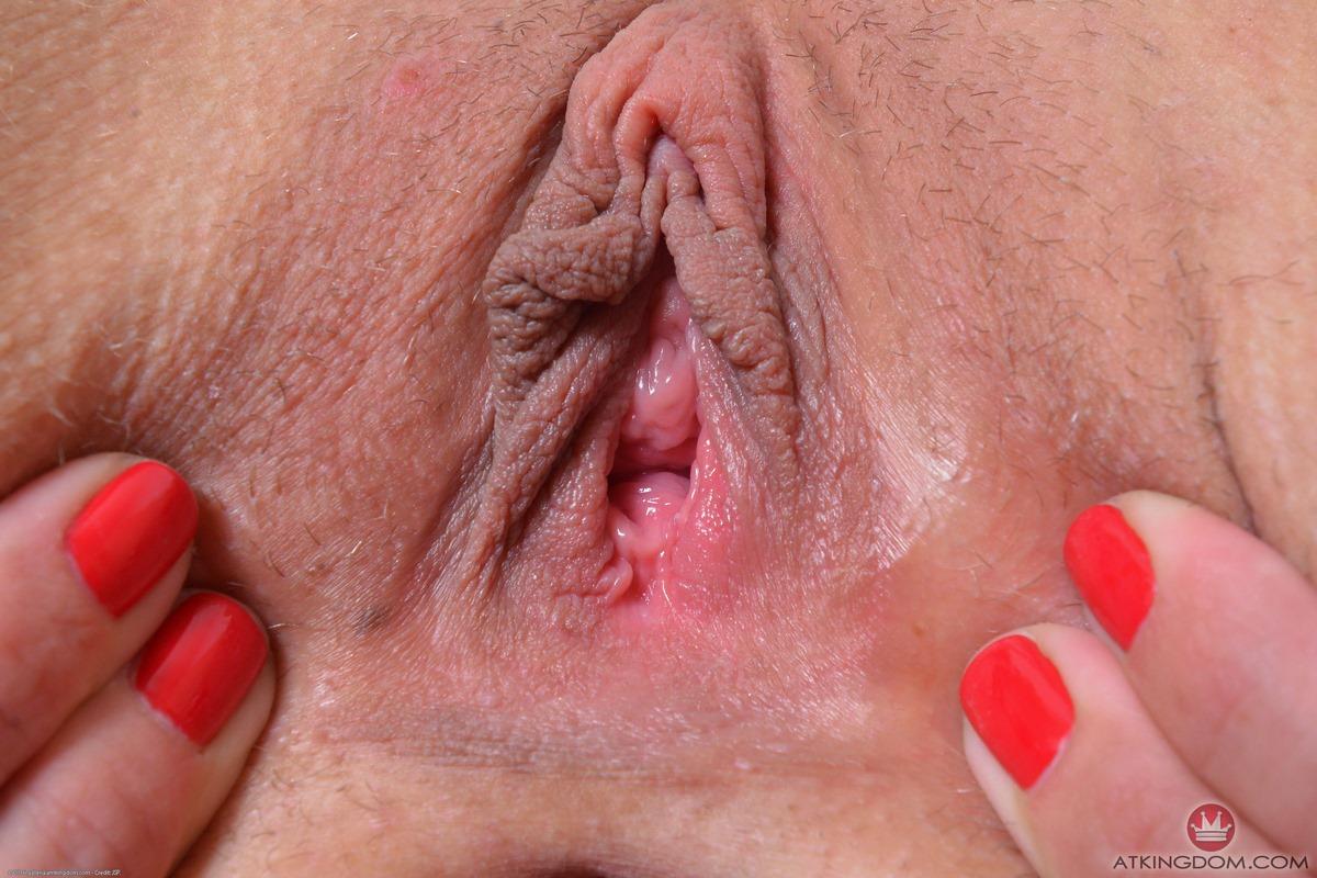Мама обнажает мокрую вагину