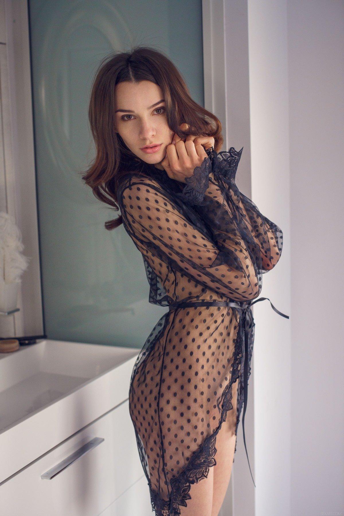 Порно фото девушка в прозрачном пеньюаре