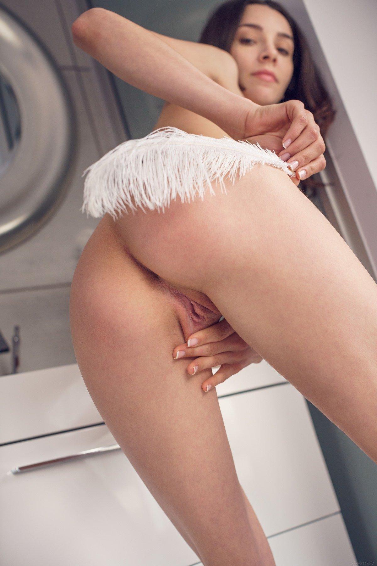 Эротика худенькой девушки в прозрачном пеньюаре
