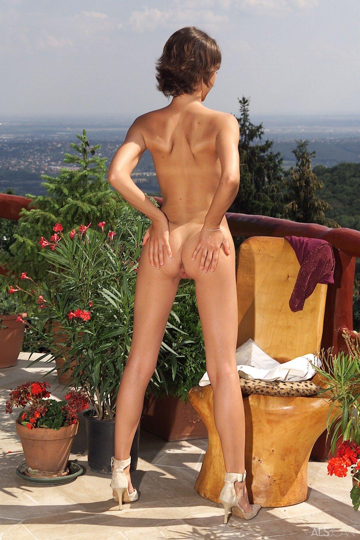 Симпатичная нагая баба с маленьким бюстом на балконе