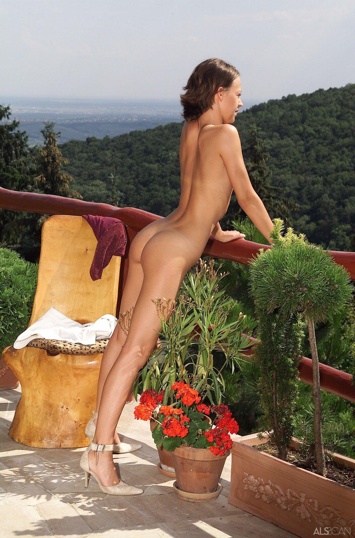 Неимоверная голая тёлка с маленькими титьками на балконе