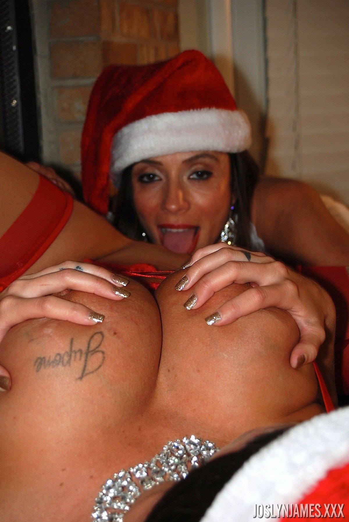 Новогодние фото двух грудастых лесби вблизи от камина секс фото