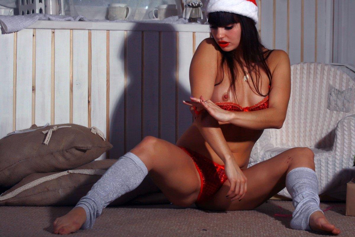 Новогодняя обнаженка обнаженной шатенки с красными губками