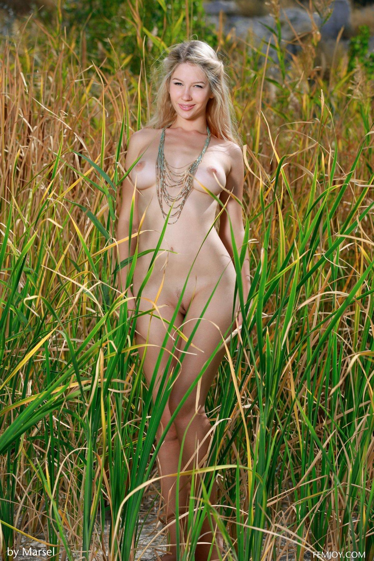 Порно фото голые в камышах фраза