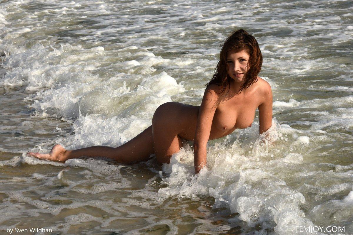 Ню голенькой рыженькой модели в воде