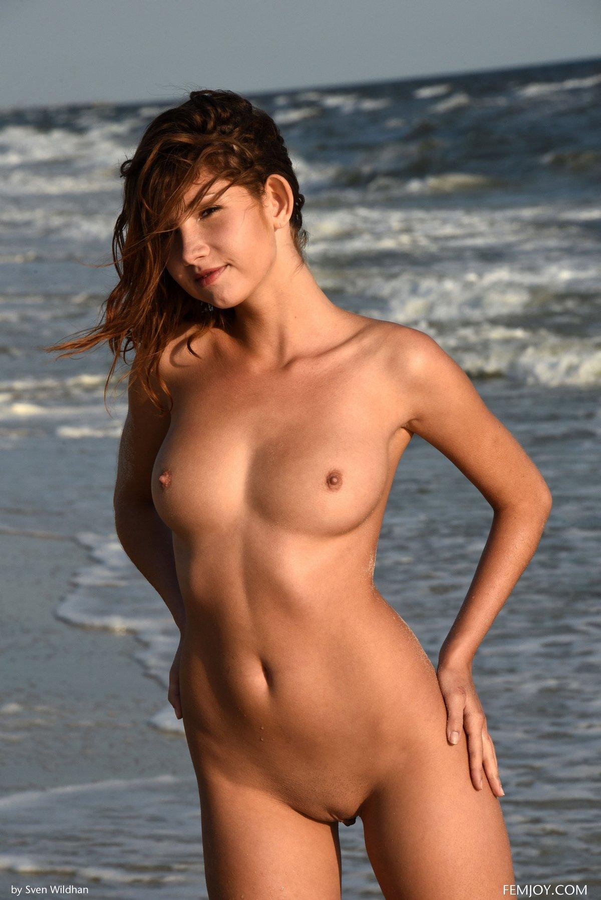 Ню обнаженной рыжей девушки на море