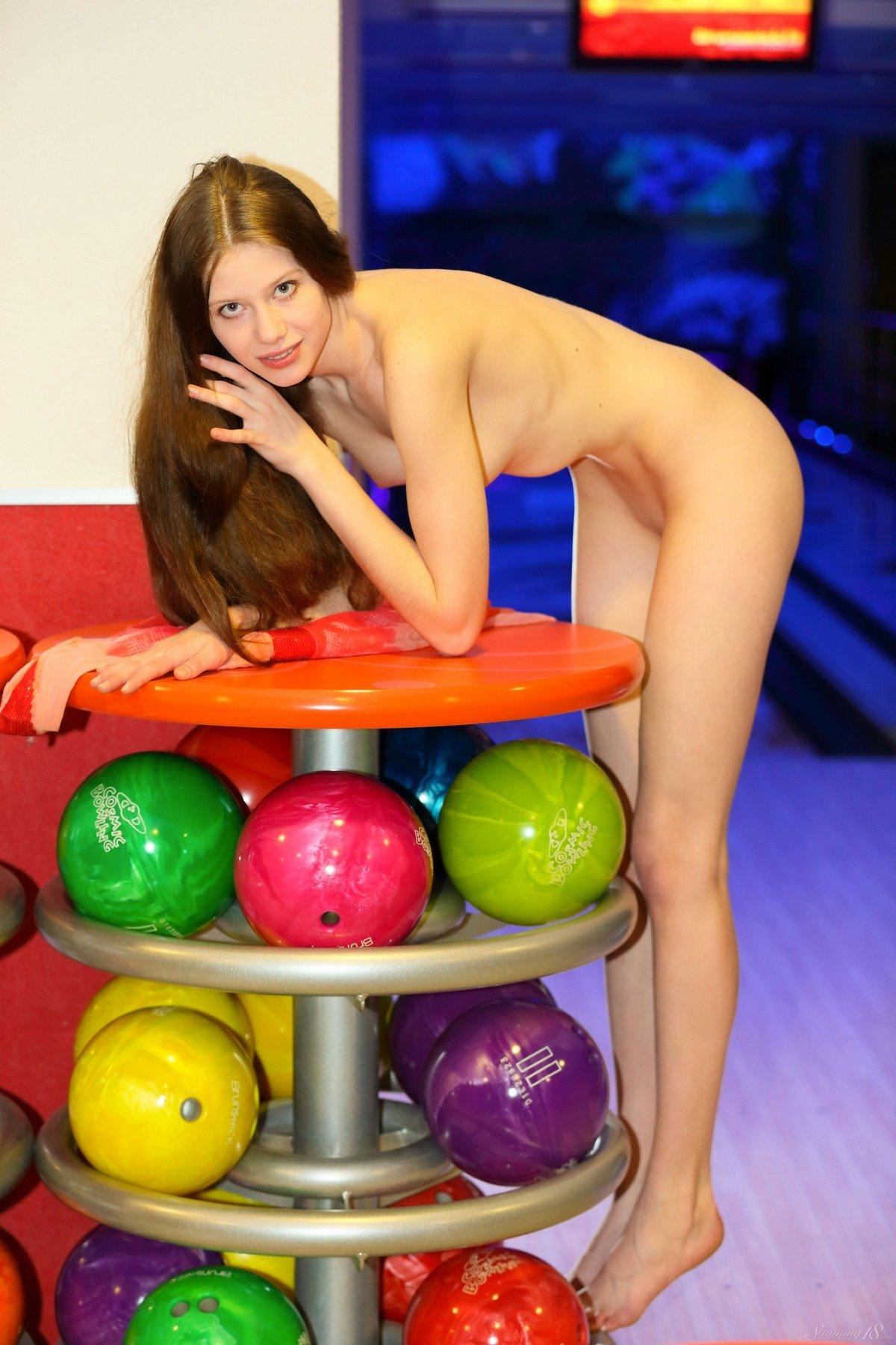 Голые девушки играют в боулинг фото 728-615
