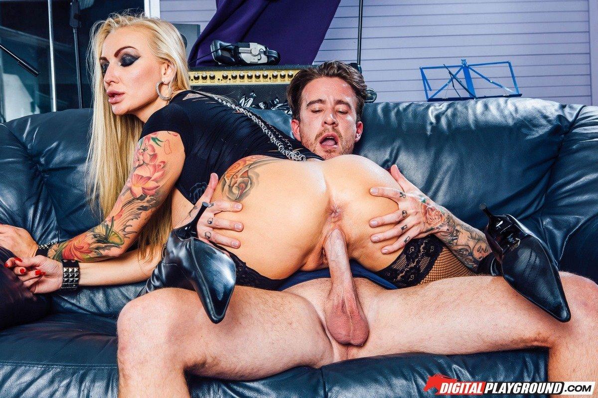 Яркие порно фото шикарной блондинки в кожаных сапогах