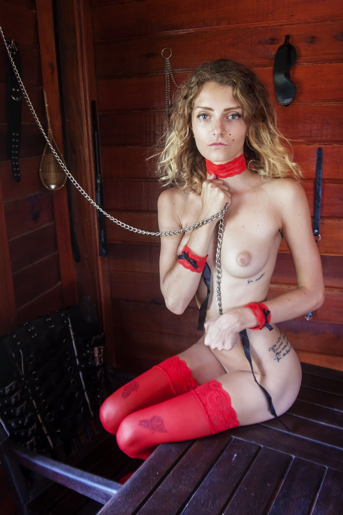 Голая светлая порно звезда в красных гетрах