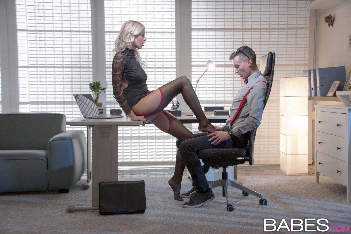 Блондинка завела юношу в кабинете