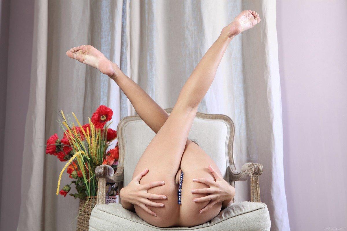 Соблазнительные фото Молоденькой бабы с ниткой бус секс фото