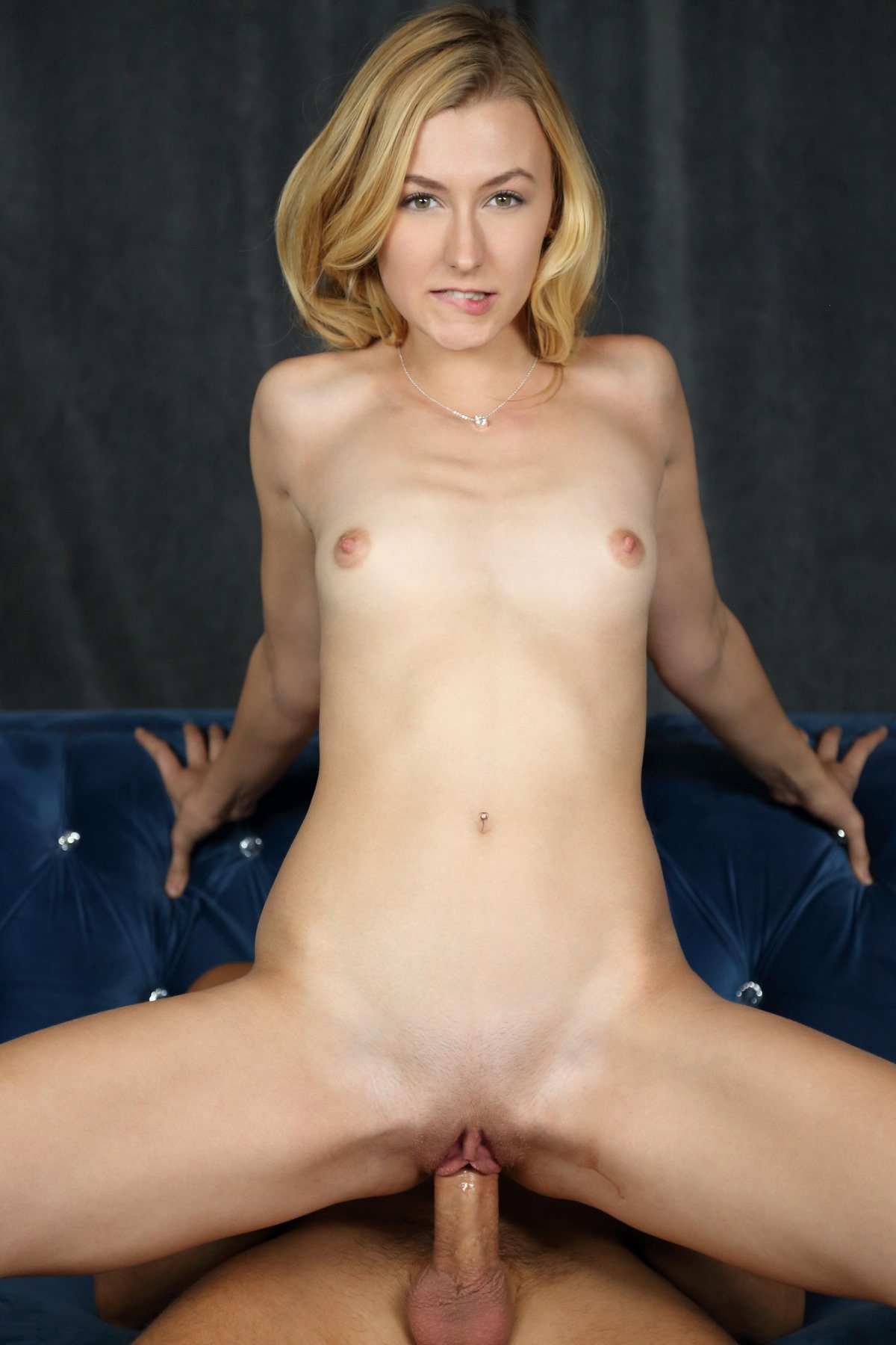 Секс с молодой блондинкой возле камина