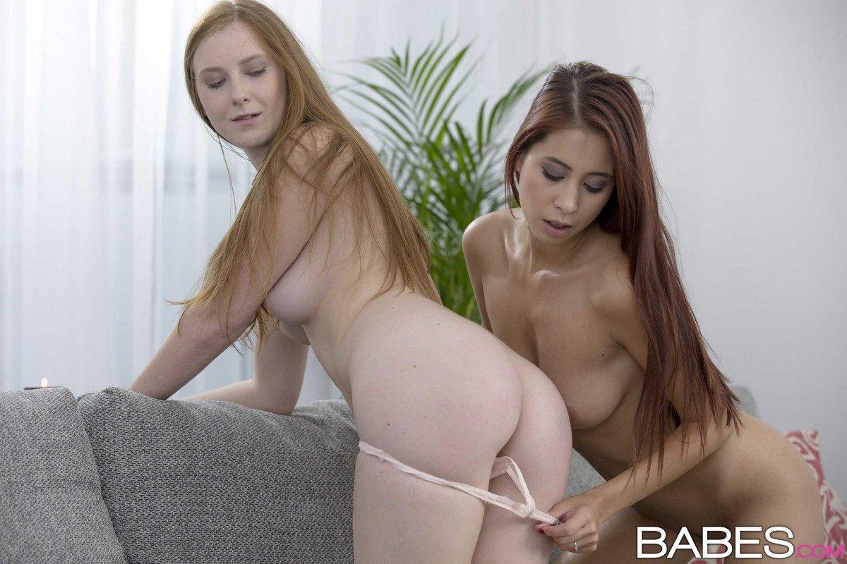 Две рыженькие лесби играются в гостиной