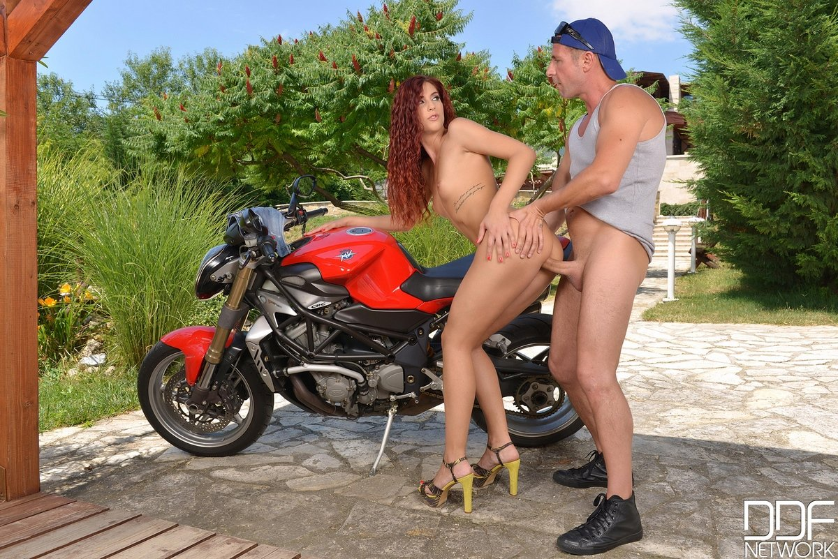 Секс фото рыжей девушки на красном байке