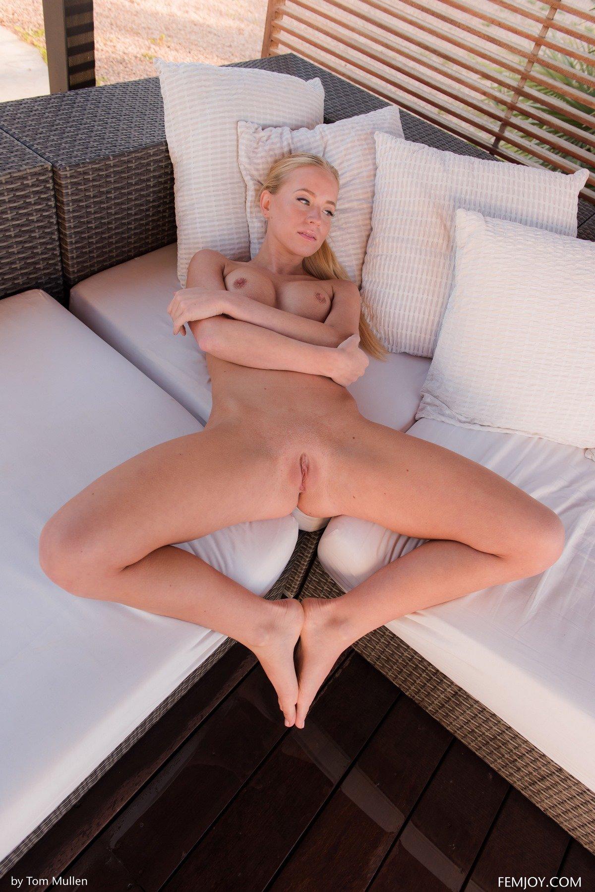 Фото голой блондиночки с длинноногой улыбкой