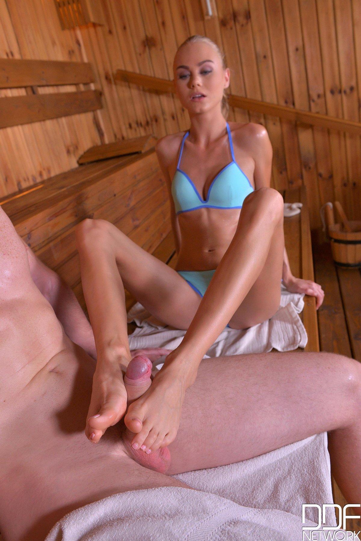 Секс в сауне с малоденькой