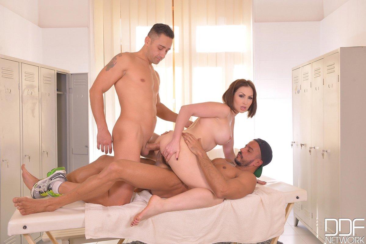 Девица трахается с двумя парнями в массажном кабинете