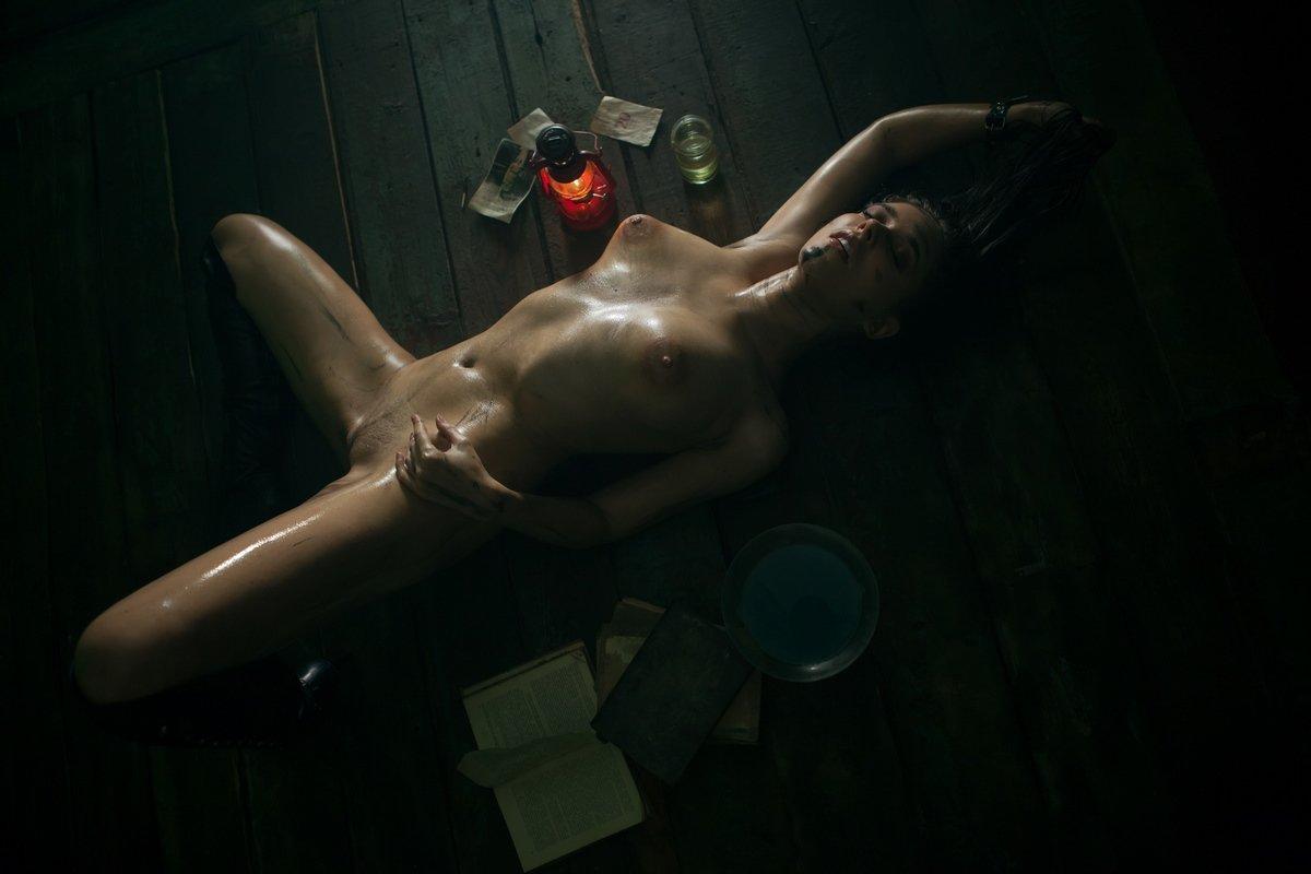 Грязная обнаженная девка капает воск на обнаженную грудь