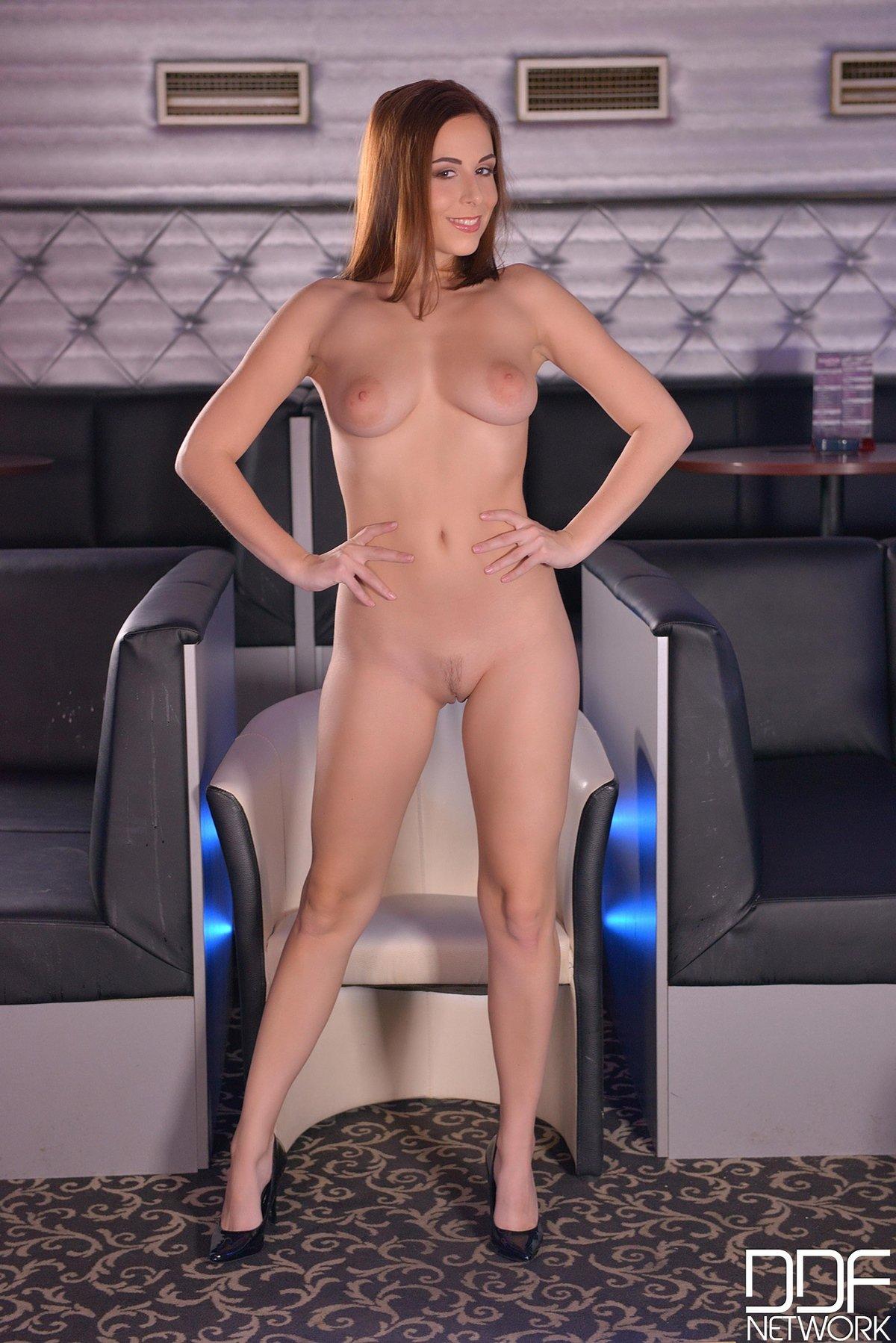 Фото красивой рыжей красавицы в кресле смотреть эротику