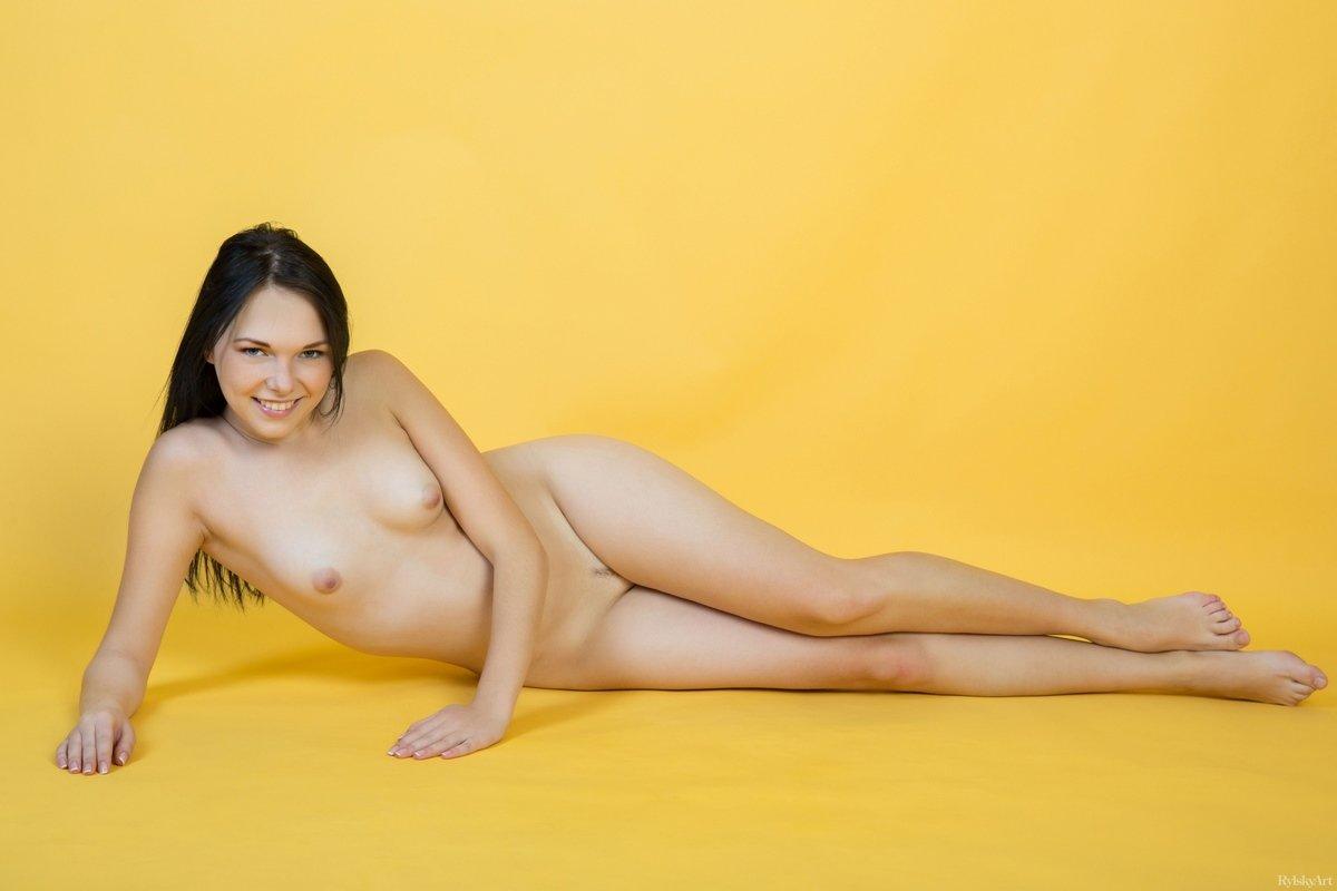 Брюнетка с грудью нулевого размера в студии