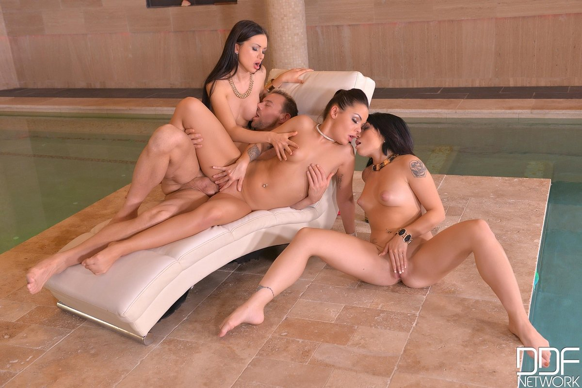 Секс с тремя шикарными брюнетками возле бассейна