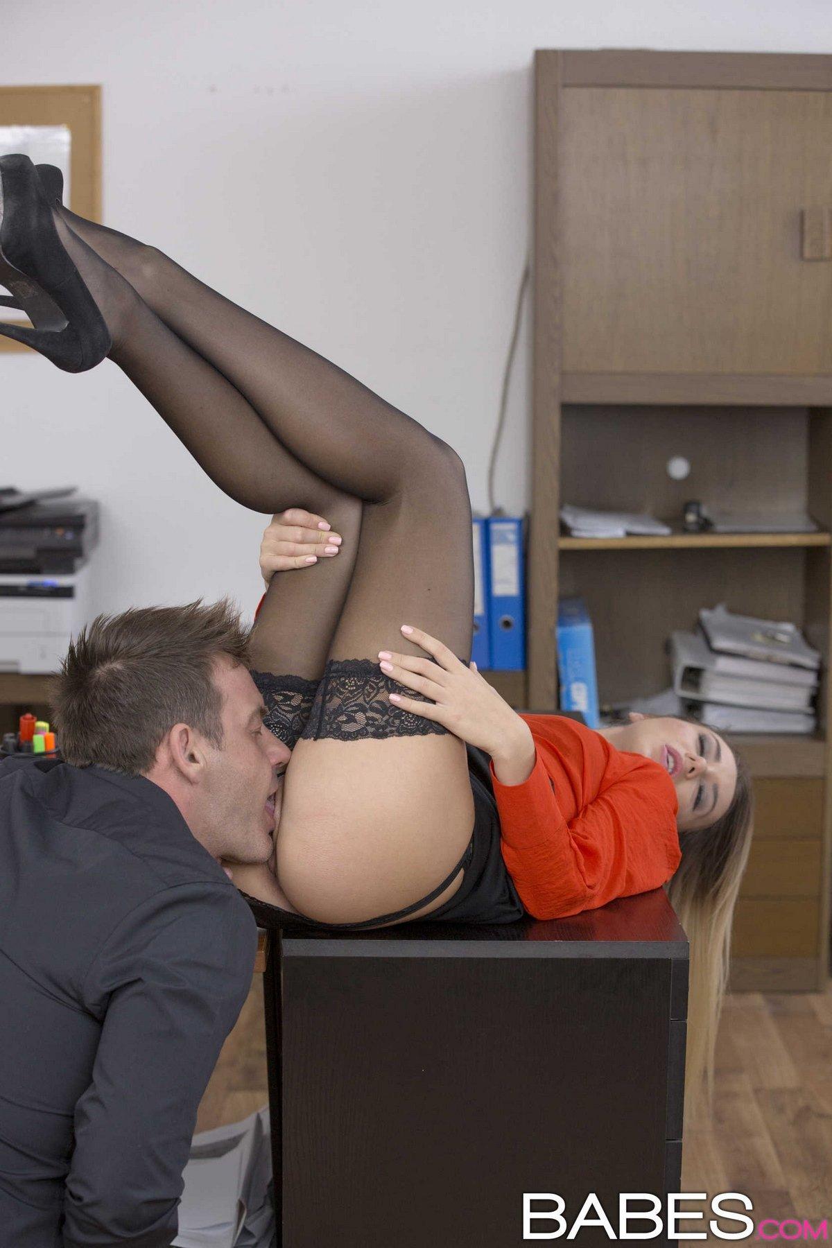 Блондинкана Офисном Столе Порно