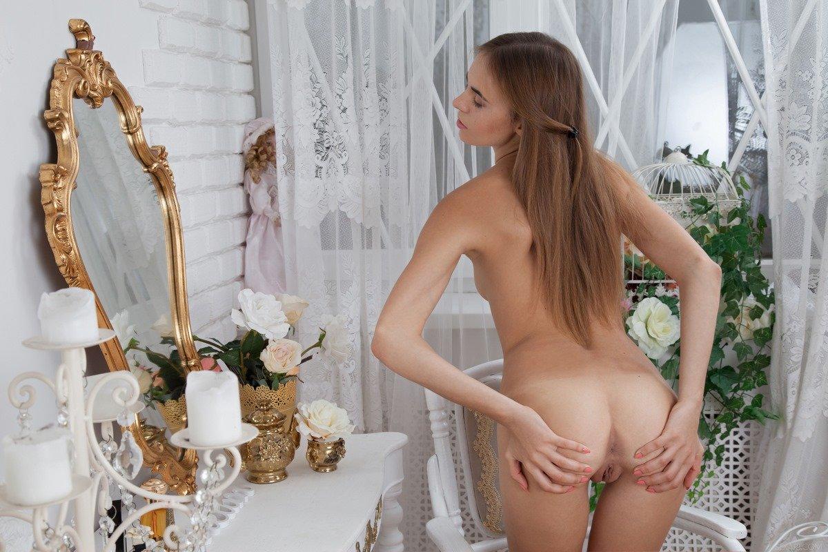 Красивая голая девушка раздвигает половые губы