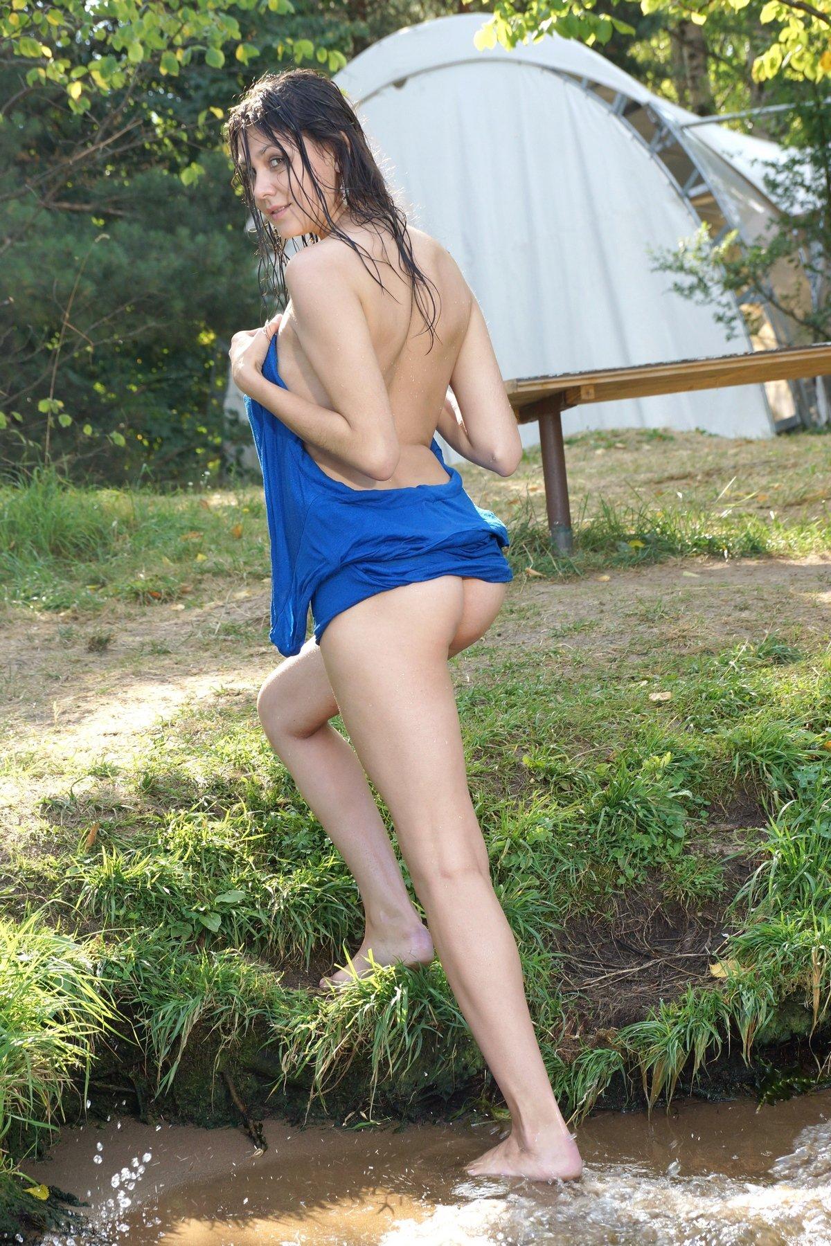 Секс голой модели с стройной натуральными сиськами