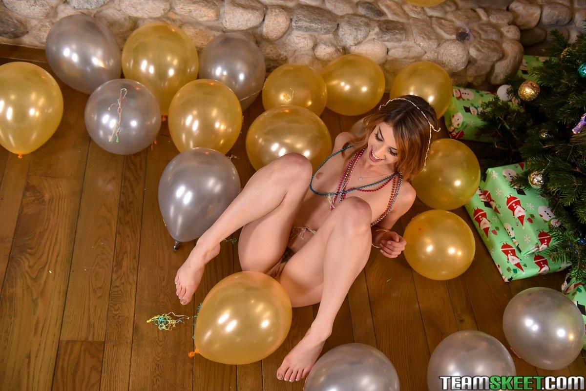 Привлекательные новогодние снимки обнаженной блондиночки у камина