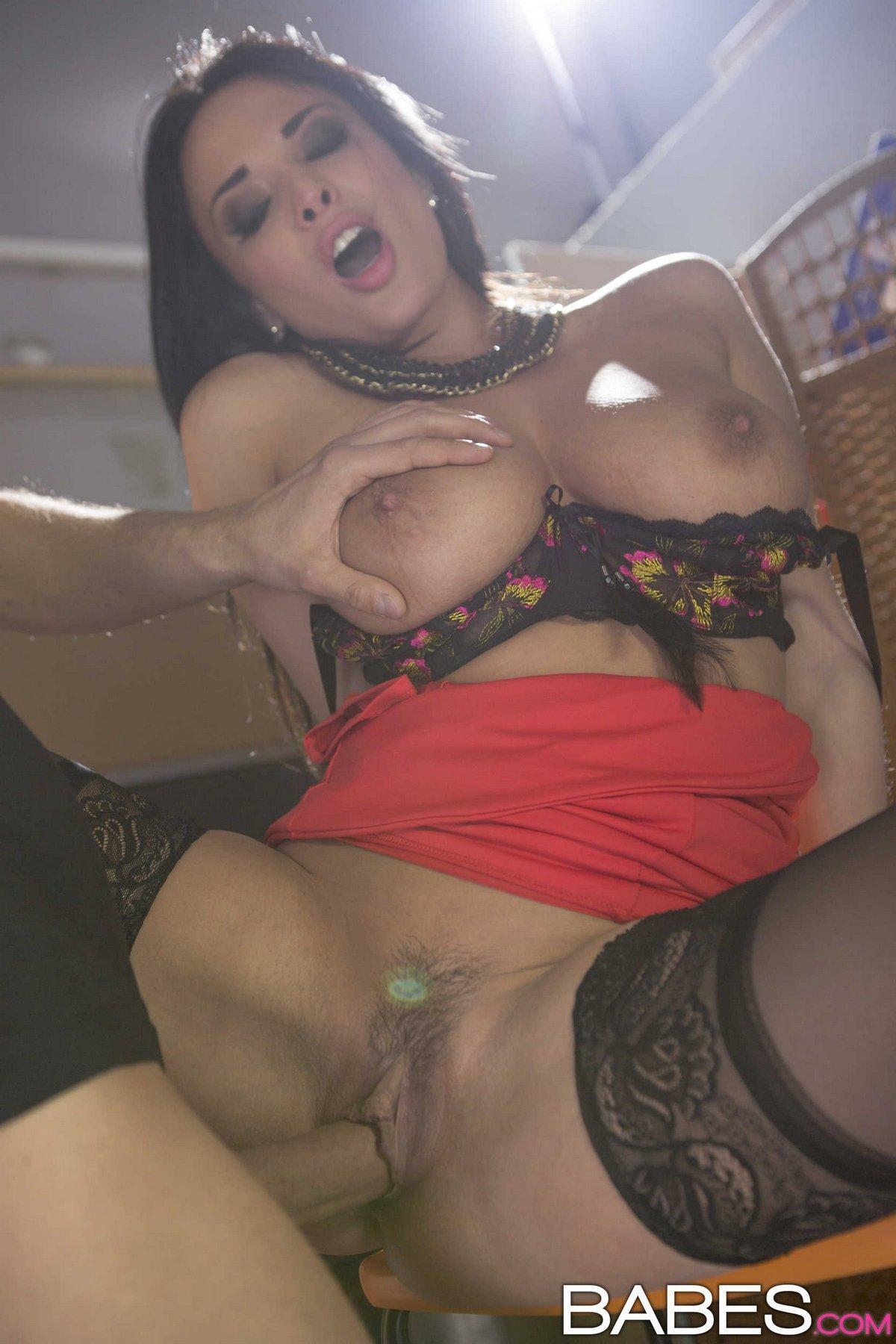 Фото секса с яркой брюнеткой Anissa в чулках