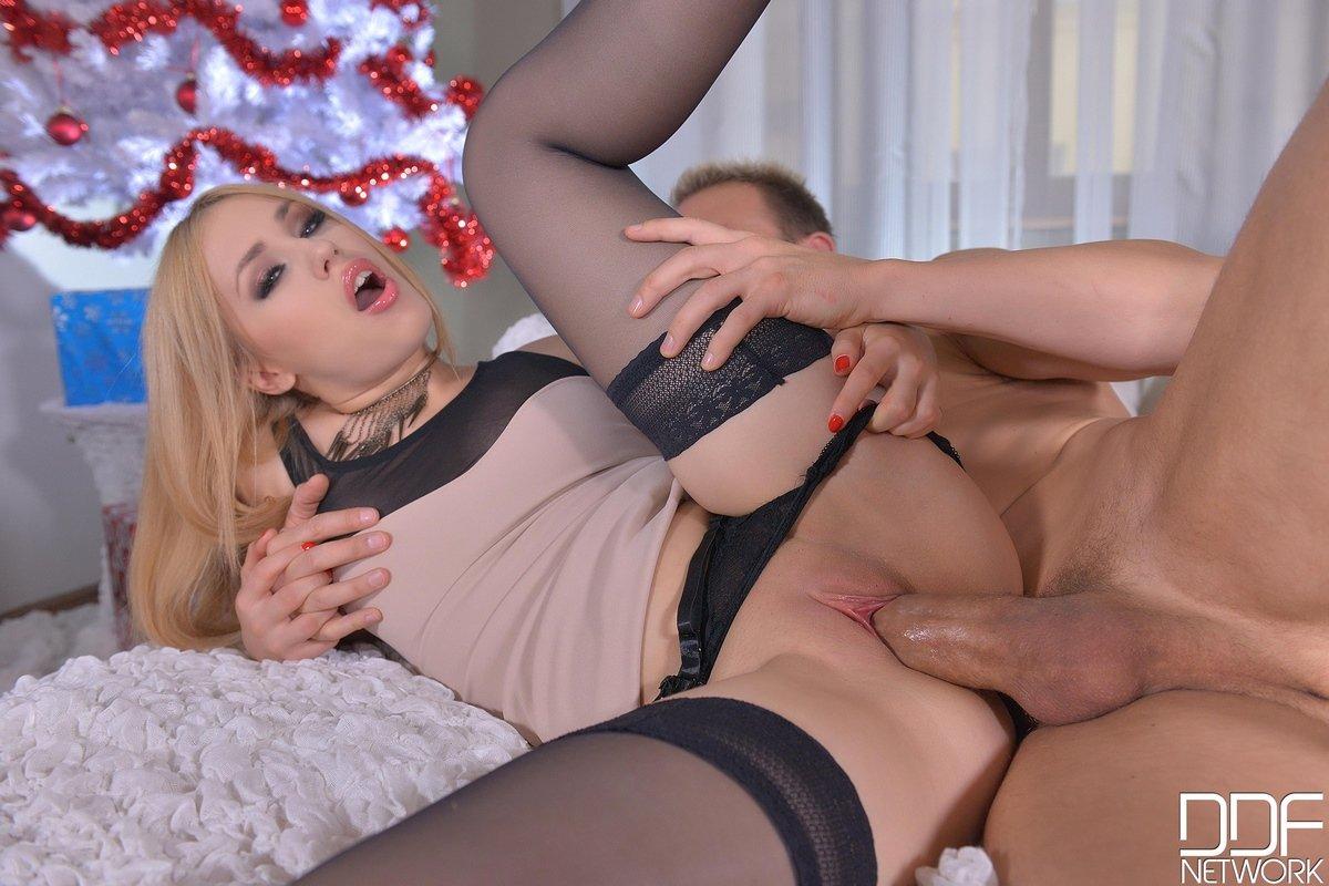 Новогодний порнуха с блондинкой под елочкой секс фото