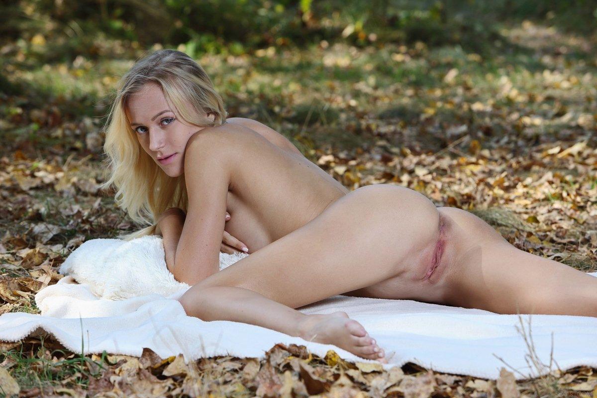 Блондинка сняла кружевные трусики на природе