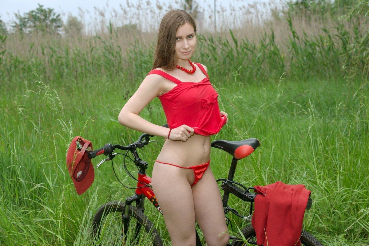 Сучка в красных стрингах на велосипеде