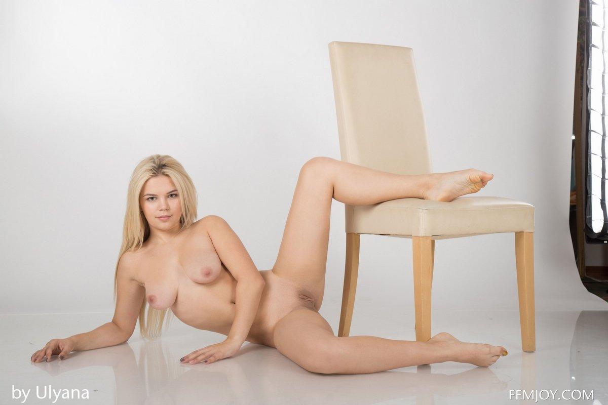 Обнаженка милой 19-летней модели в студии